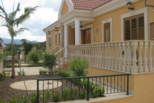 Villa for rent in Apesia